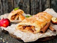 Рецепта Щрудел от тесто от брашно, грис и захар с бисквити, ябълки, орехи, масло и канела (без кори)